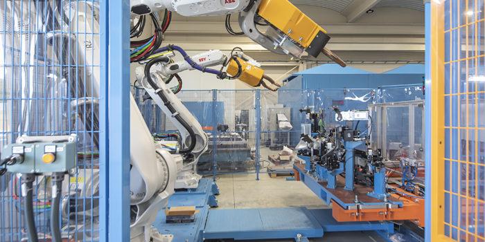 Vista de robots ABB y ARO en zona de bastidor fijo