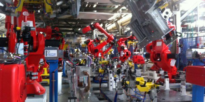 Soldadura industrial. Robots en linea de pisos de furgoneta
