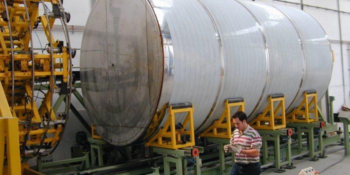 Deposito de acero inoxidable acabado sobre maquina