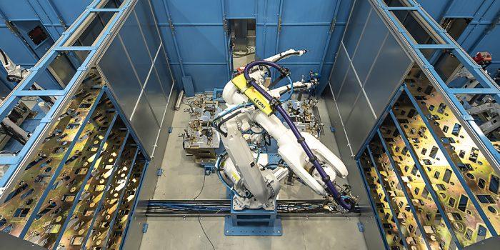 Robot manipulador en zona pulmón de proceso